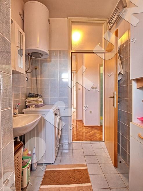 Luminoso e arioso appartamento con due camere da letto al for Piani di due camere da letto a schiera