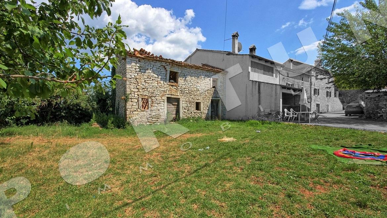 Semplice casa di pietra in un ambiente rurale vicino a valle for Casa di facciata in pietra