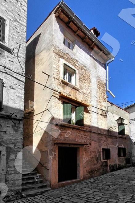 Casa in pietra con tre appartamenti nel centro storico di for Tre case di pietra