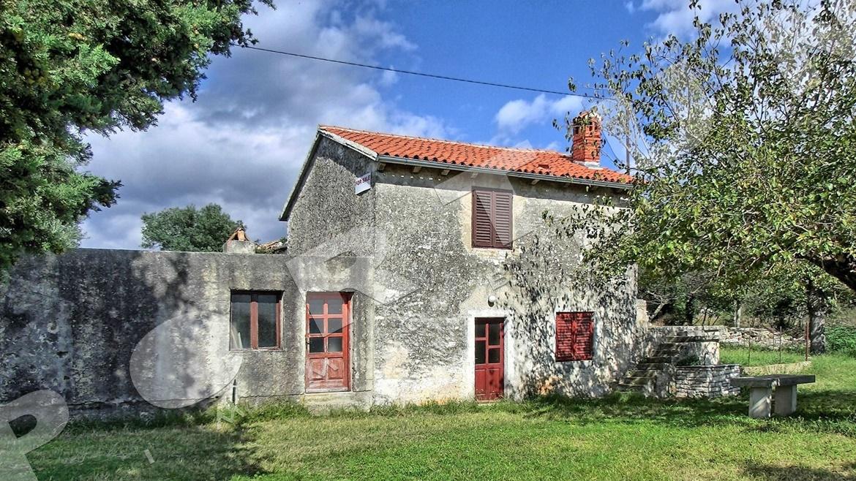 Casa in pietra con vista sulle coline for Case con 4 camere da letto con seminterrato finito in vendita