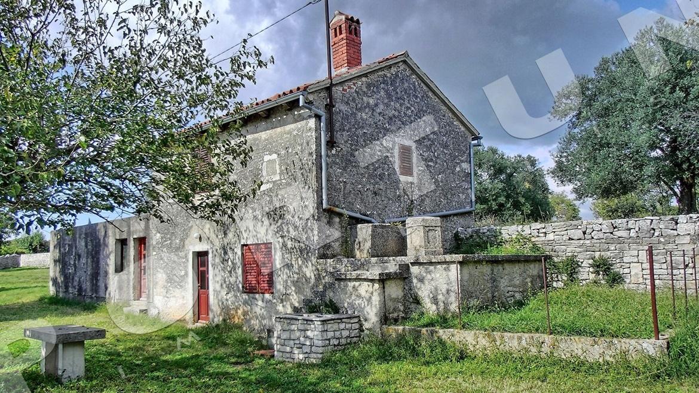 Casa in pietra con vista sulle coline for Piani casa con breezeway tra casa e garage