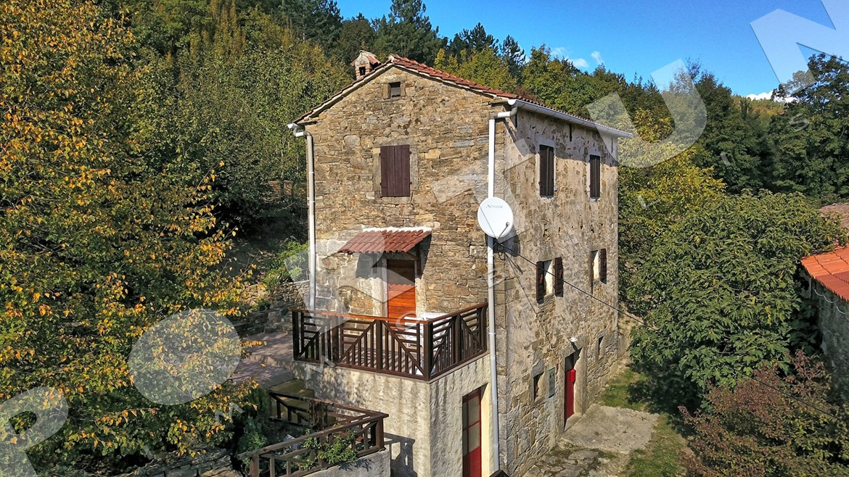 Ristrutturata in stile rustico casa di pietra con ampio for Piani di casa in stile artigiano nord ovest