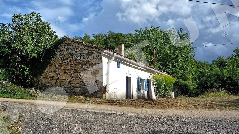 Piccola casa in pietra nel centro di istria for Casa di facciata in pietra