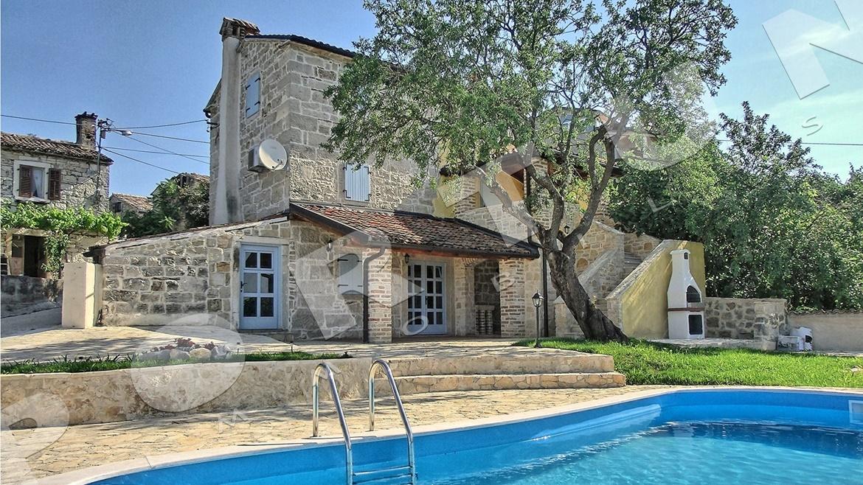 Questa casa in pietra ristrutturata con piscina nei for Piani di casa artigiano del sud vivente