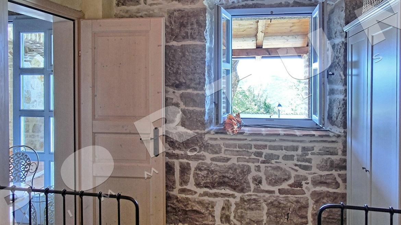Questa casa in pietra ristrutturata con piscina nei for Avere una casa costruita sulla terra