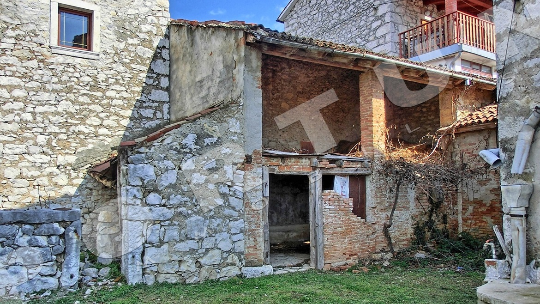 casa in pietra con cortile a verteneglio