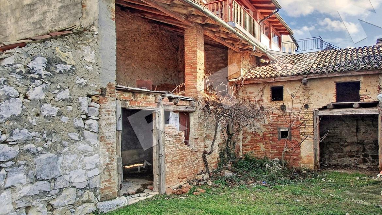 Casa in pietra con cortile a verteneglio for Casa con cortile centrale