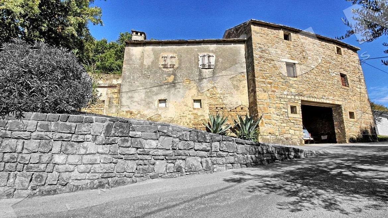 Vecchia casa di pietra con splendida vista su montona e la for Casa di facciata in pietra
