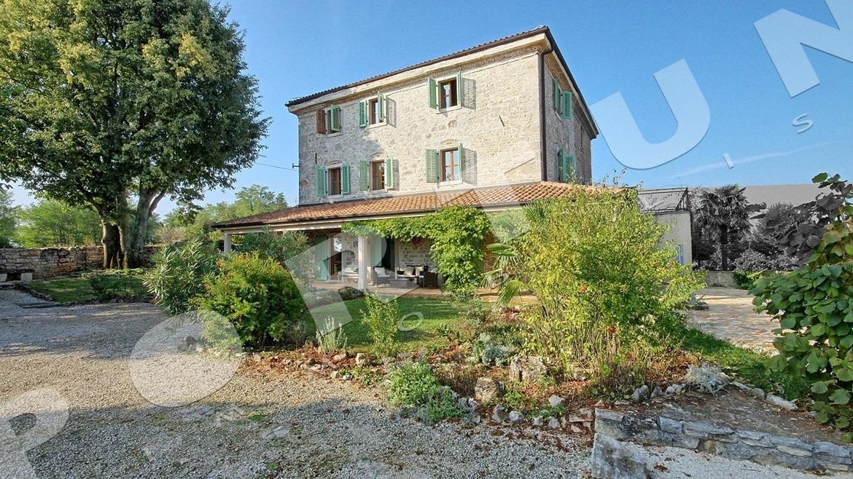 Restaurata casa in pietra con 4 camere nei dintorni di for Piani di casa per case costruite su una collina