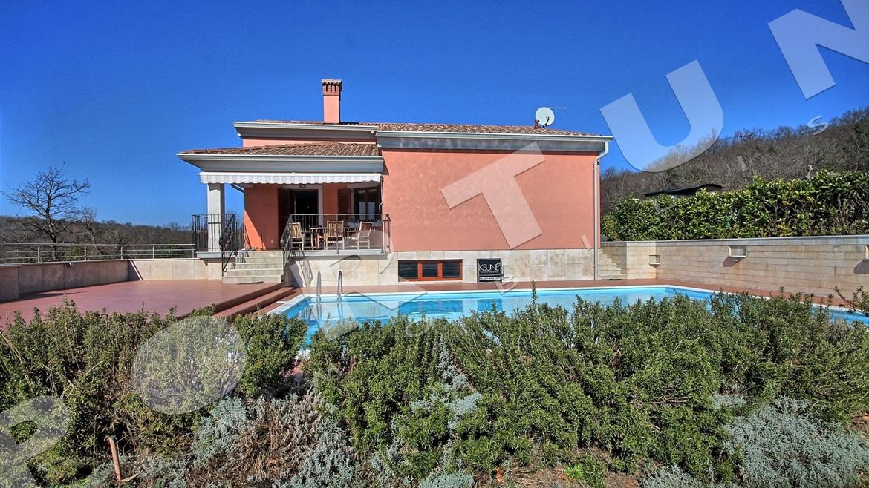 Casa con piscina completamente arredata a pochi minuti di for Case con 4 camere da letto con seminterrato finito in vendita