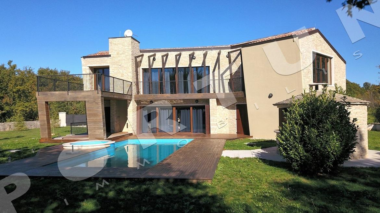 Moderna villa con piscina in una posizione isolata nella - Villa moderna con piscina ...