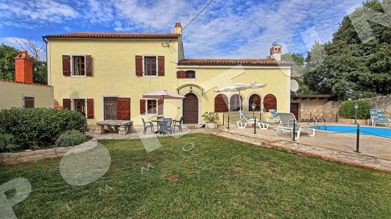 Elegante casa di pietra con piscina in un luogo tranquillo for Casa di facciata in pietra