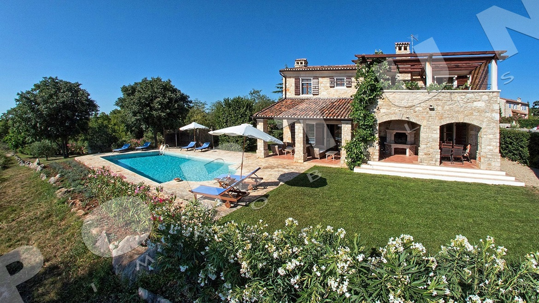 Lussuosa villa di campagna con tre camere da letto e tre for Piani di palazzo con piscina coperta