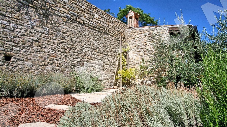 elegante casa di pietra con tre camere da letto a montona