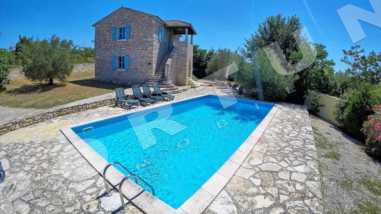 Tradizionale casa di pietra con piscina nelle vicinanze di for Planimetria casa tradizionale giapponese