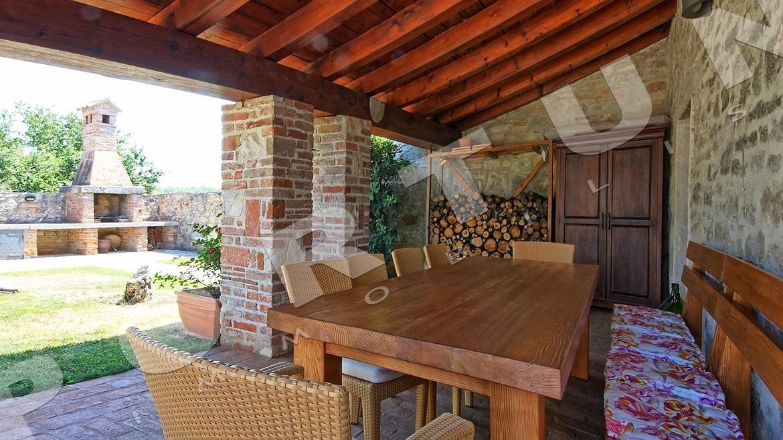 Due case in pietra meravigliosamente arredate con for Case arredate foto