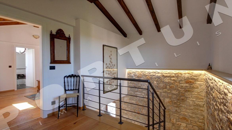 Nuova casa con tre camere da letto a valle for Piani casa 6 camere da letto