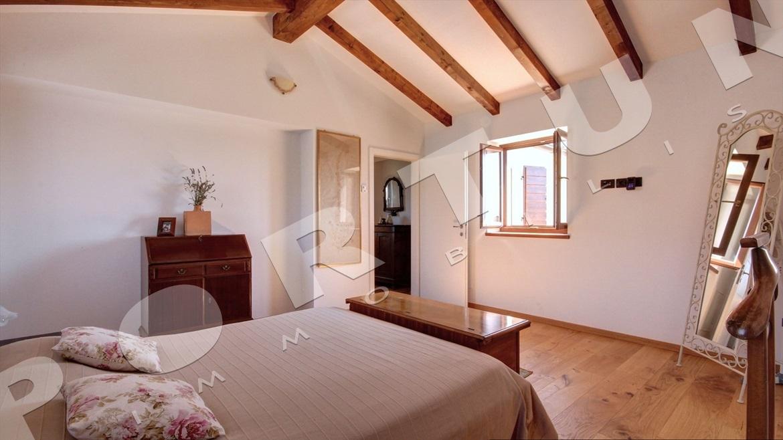 Nuova casa con tre camere da letto a valle for Case con 2 camere matrimoniali