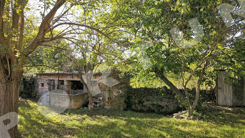 Rovinata vecchia casa di pietra in una posizione isolata for Piani di casa in stile artigiano nord ovest