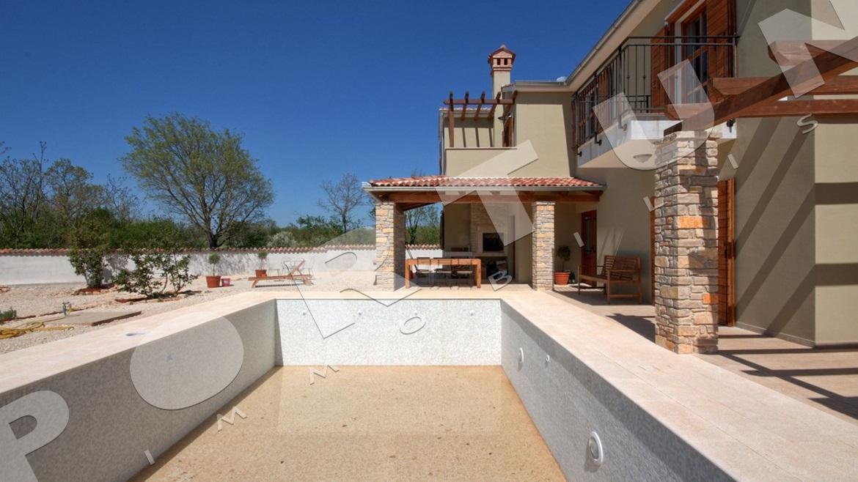 Nuova casa con piscina e quattro camere da letto nei for Una casa con quattro camere da letto