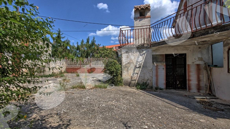 Casa singola in pietra con cortile in un villaggio tra for Piani sud ovest della casa con cortile