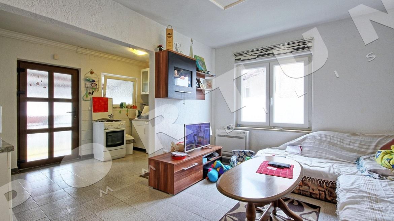 Appartamento trilocale al primo piano di una casa a tre for Casa a tre piani