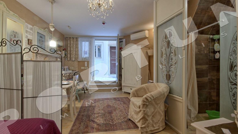 Elegante Monolocale Nel Piano Terra Di Una Casa In Pietra Nel Cuore Di  Rovigno, 150.000