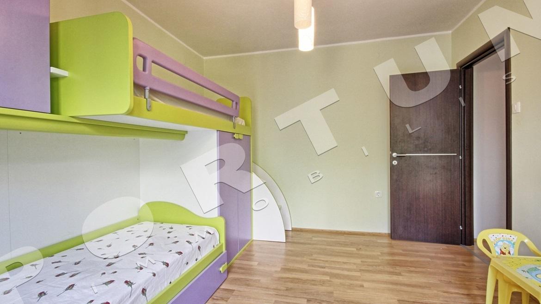 Casa familiare con cinque camere da letto e due for Piano casa di quattro camere da letto
