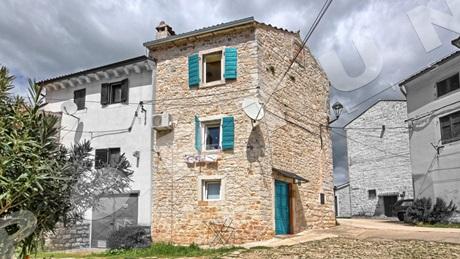 tradizionale casa in pietra costruita su due piani con