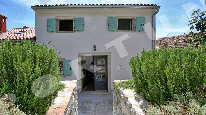 Elegante casa di pietra con tre camere da letto a montona for Piani a pianta aperta