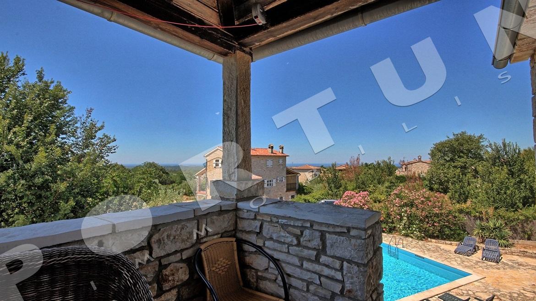 Tradizionale casa di pietra con piscina nelle vicinanze di for Grandi piani di casa con piscina coperta