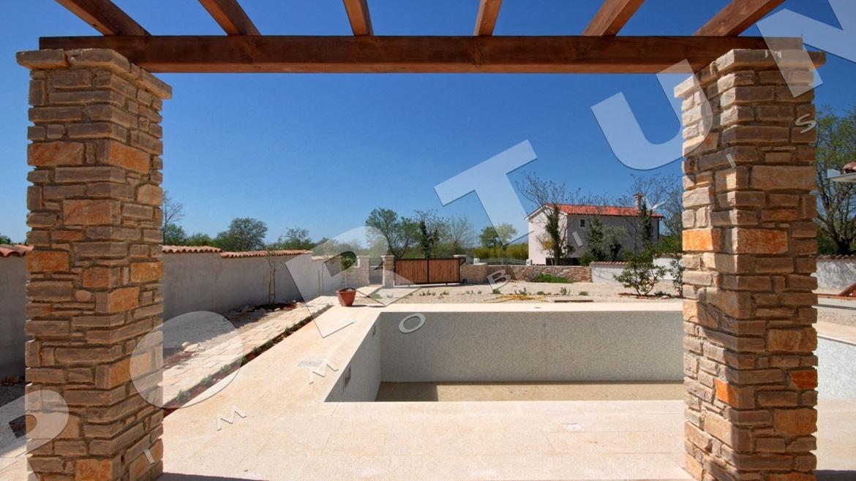Nuova casa con piscina e quattro camere da letto nei for Casa con quattro camere da letto